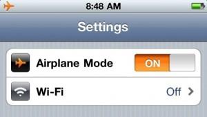 Переведите смартфон в авиарежим, это сэкономит батарею и позволит ей быстрее зарядиться