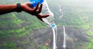 Вместо того, чтобы покупать воду в аэропорту, берите с собой пустую бутылку и наполняйте её водой после прохождения контроля безопасности