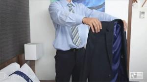 Складывайте пиджаки изнанкой наружу, чтобы они не пачкались и не мялись